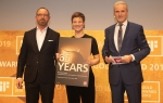 Auszeichnung für 65 Jahre Treue: iF Award Night mit Andreas Gerecke (li.), Marketing Director, Iris Reichstein, Head of PR und iF CEO Ralph Wiegmann (re.).